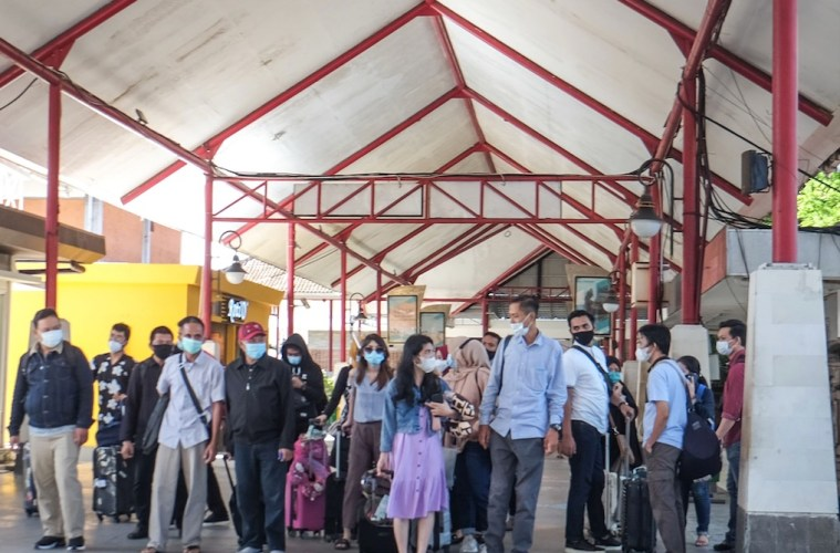 500 Passengers Crowd At Ngurah Rai Airport To Get Tested Before Flight