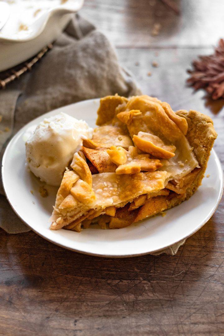 apple pie with scoop of ice cream