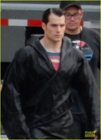 henry-cavill-hides-superman-costume-02