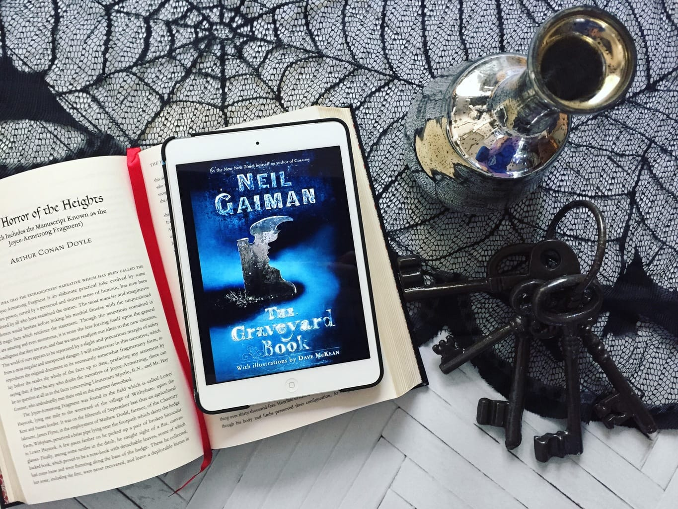 Rave Guest Review + GIVEAWAY: The Graveyard Book