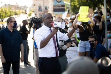 Kansas City, Mo., Mayor Quinton Lucas addresses the crowd during an afternoon of protests near the Country Club Plaza on May 31, 2020. Zach Bauman/The Beacon