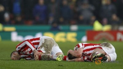 stoke-city-s-marko-arnautovic-and-charlie-adam-lie-injured-8