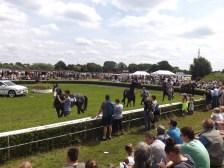 Vorstellung der Pferde fürs 3. Rennen