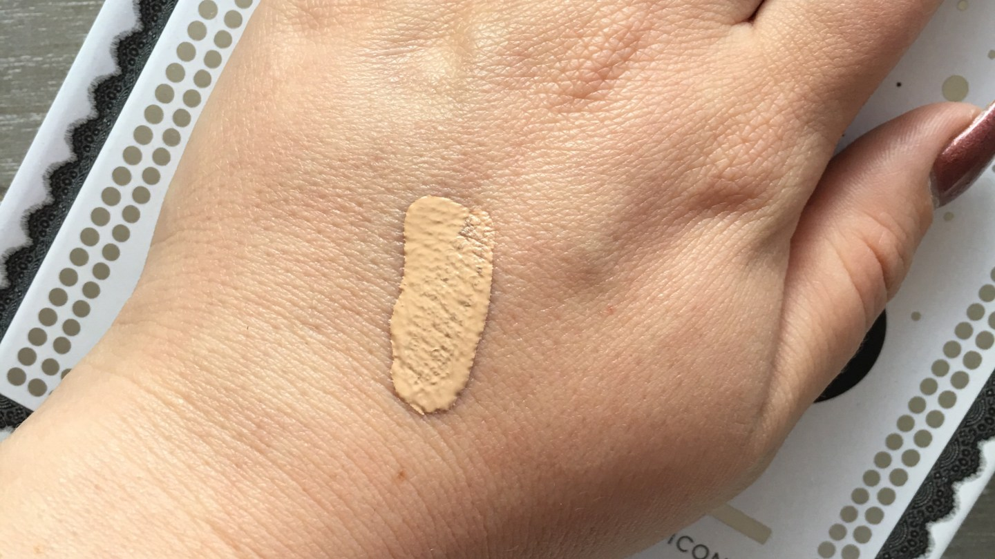 Chanel Les Beiges Healthy Glow Foundation Swatch rose 22
