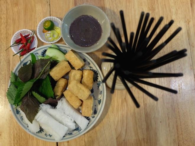 Tofu frit, vermicelles de riz et pâte de crevettes.