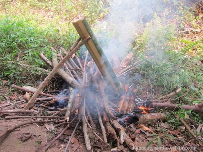 Cuisson au feux de bois dans un bamabou, Laos