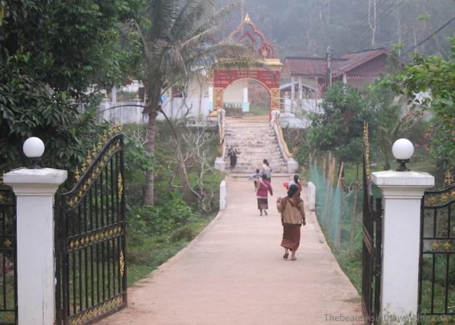 Dons au temple du Muang Ngoi, Laos