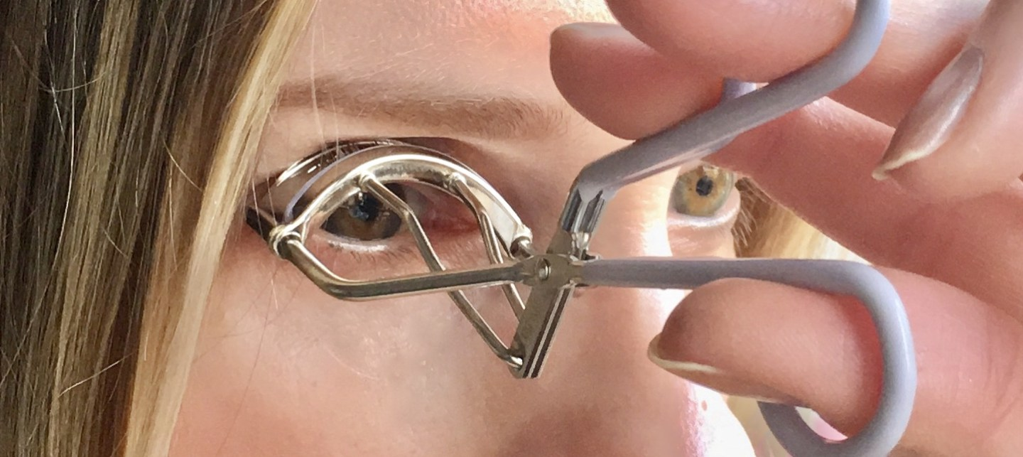 Lifting the lash curler by 90 degrees