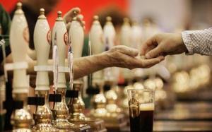 71537267PM009_VINTAGE_BREWE Pint of Beer on a Bar