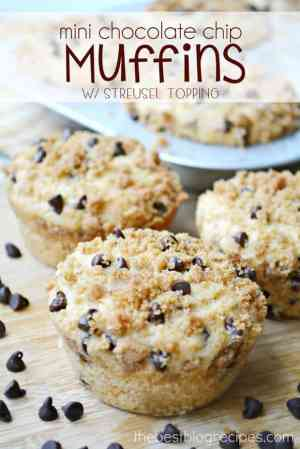 {Mini} Chocolate Chip Muffins w Streusel Topping from thebestblogrecipes.com #dessert #muffins #chocolate