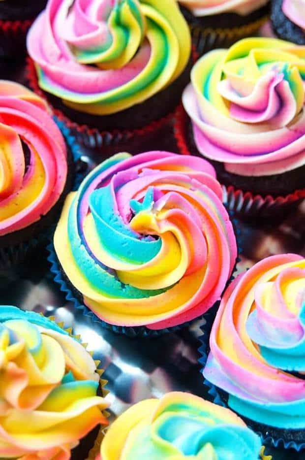 his srainbow frosting recipe is so adorable!
