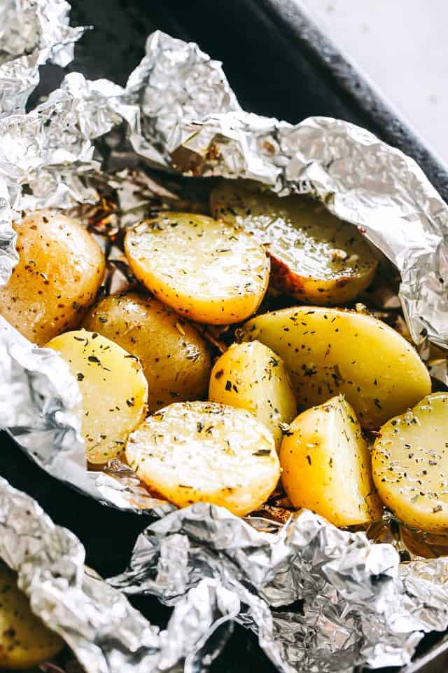 Garlic Herb Grilled Potatoes in Foil – A good dose of garlic, thyme, and rosemary make these potatoes that much more delicious, and the grill gives them just the right amount of crispness and a delicious smoky flavor.