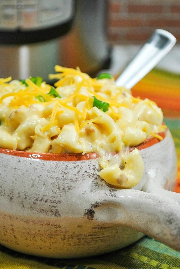 Instant Pot Mac and Cheese: Creamy, cheesy and oh so comforting. From pantry to table in less than 20 minutes!