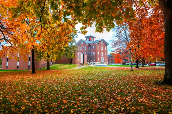 Fall_at_Lincoln_College,_Lincoln,_Illinois,_showing_University_Hall