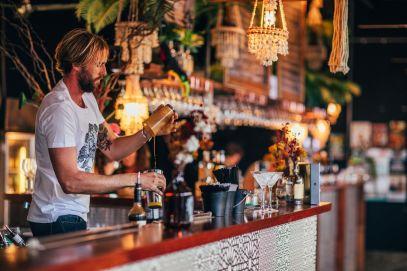 Man-making-a-cocktail-at-Miami-Marketta-at-night