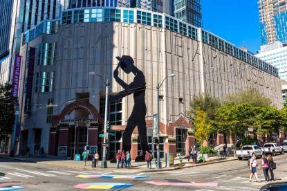 Depositphotos_391734238_l-2015-Seattle-Art-Museum-SAM-Hammering-Man-sculpture