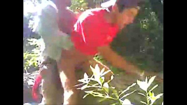 Novinho dando pro coroa no matagal