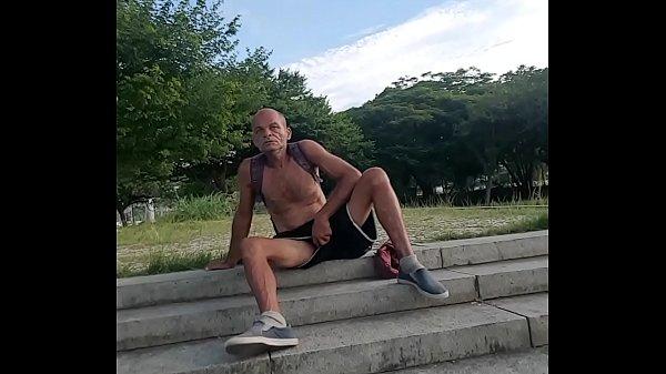Mostrando a rola pela perna do calção na rua