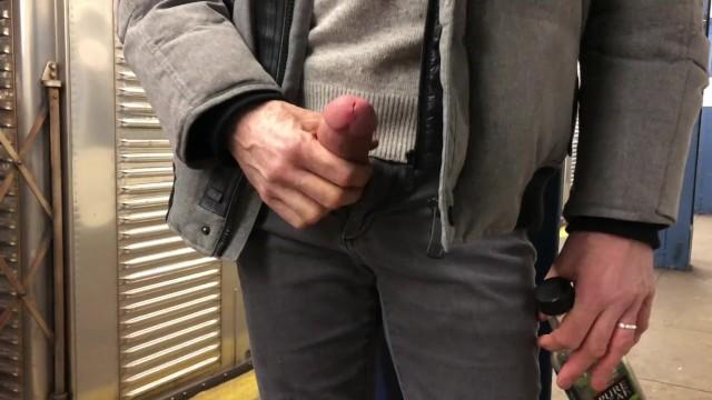 Tarado de pau duro no metrô