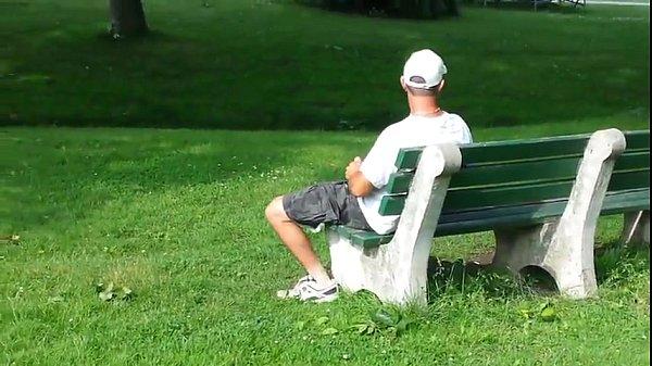 Tarado punheta em público