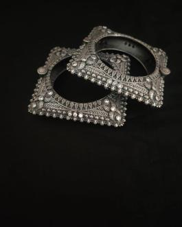 Round square diamond studded kada