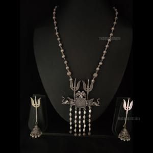 Classic long necklace