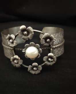 Single Moti Silver Look Alike Bracelet