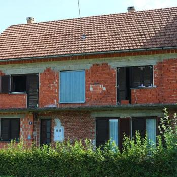Throughout the Balkans, from the Croatian/Bosnian border onwards, I discover that almost no-one renders their houses due to lack of funds. Many remain unfinished and derelict due to over-ambitious plans that drain the coffers before completion.