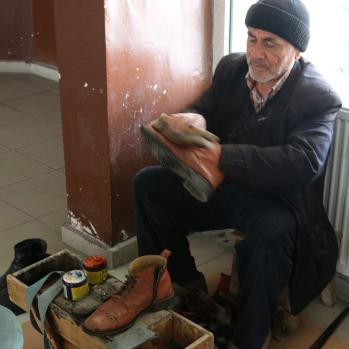 Shoe cleaner in Şereflikoçhisar.