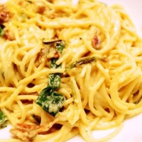 Spaghetti carbonara with spring onions