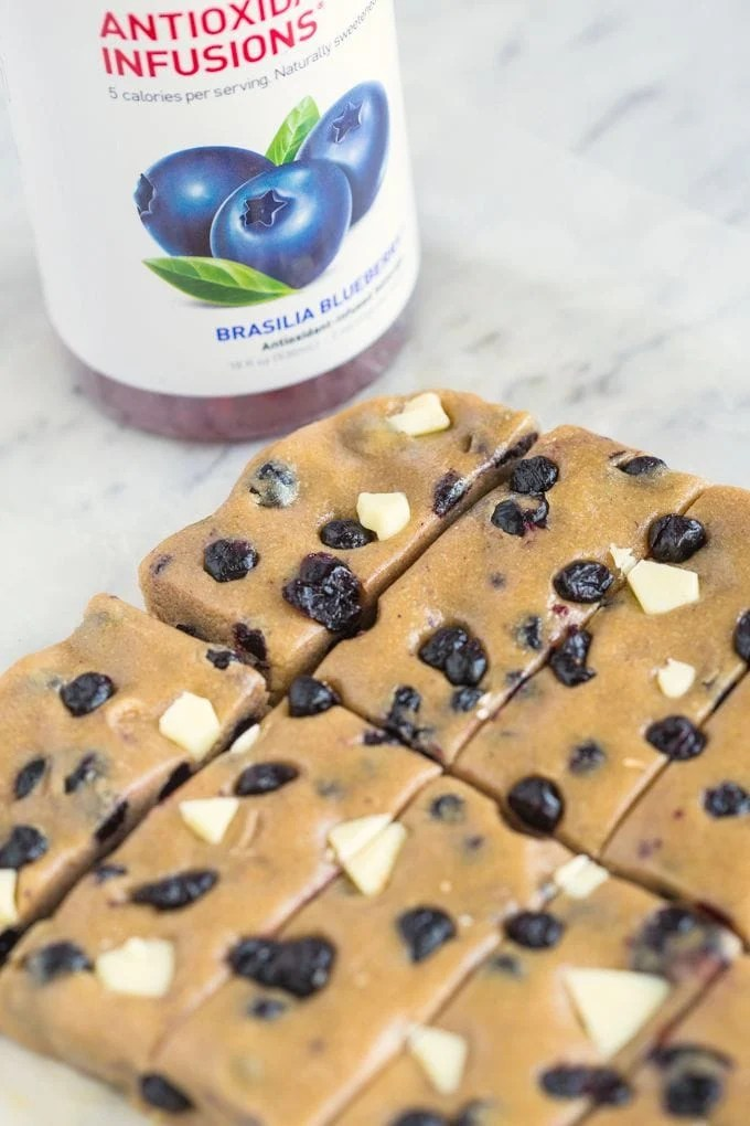 No Bake Blueberry White Chocolate Snack Bars- A quick, easy and healthy snack which takes less than 10 minutes and are healthy and high in protein! {vegan, gluten free + refined sugar free option}