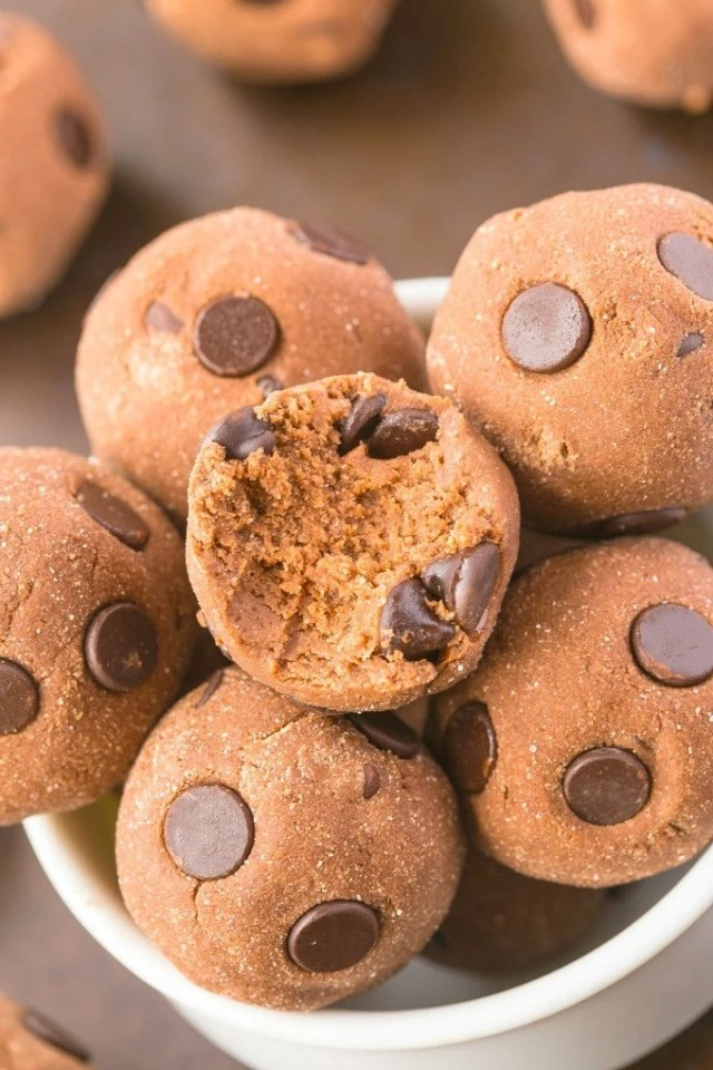Healthy NO BAKE chocolate cake batter bites which have AMAZING texture and take less than 5 minutes- NO butter, oil, grain flour or sugar! {vegan, gluten free, paleo recipe}- thebigmansworld.com