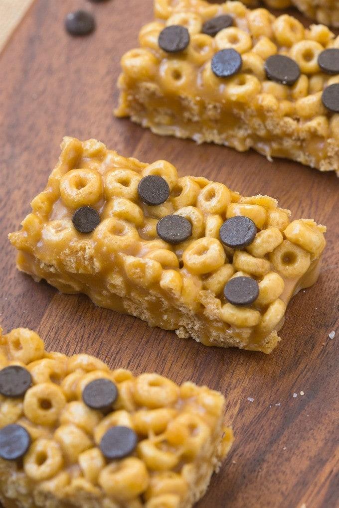 Healthy 4 Ingredient No Bake Protein Cereal Bars- Super easy, healthy, homemade protein cereal bars with NO nasties at all! {vegan, gluten free, oil free recipe}- thebigmansworld.com