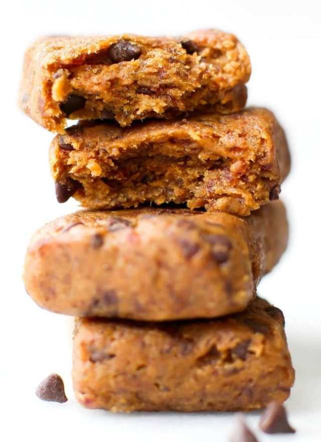 No Bake Cookie Dough Protein Bars- NO flour, grains, sugar, butter or oil and naturally sweetened- Seriously, SO Fudgy and just like a Larabar Copycat!