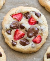 Easy keto chocolate chip cookies with strawberries! No eggs, no sugar and ready in 15 minutes!