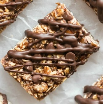 Soft and chewy no bake mint chocolate chip protein bars recipe