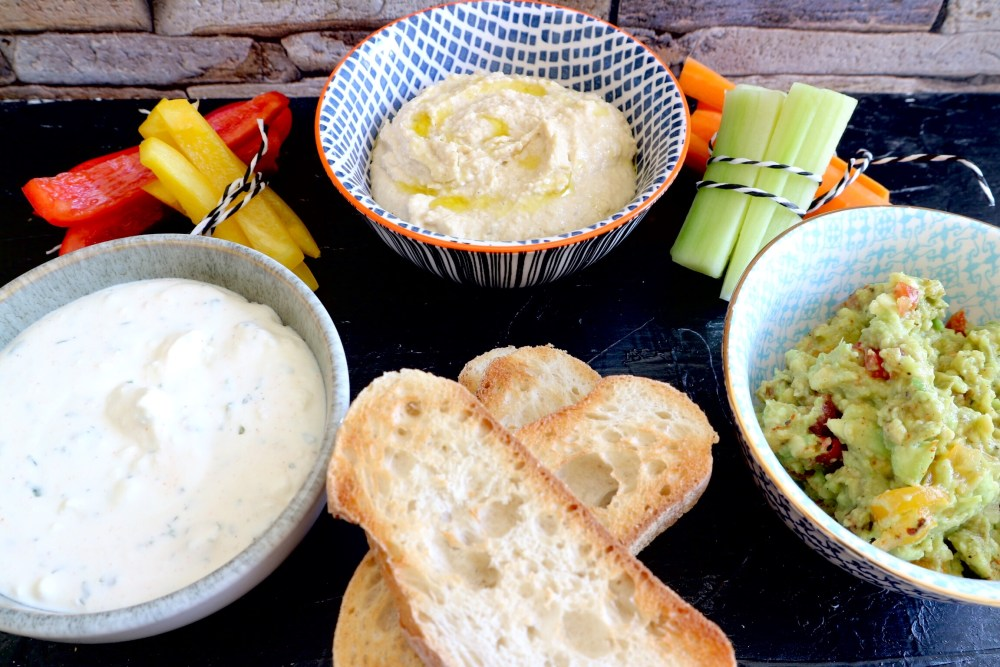 Gemüsesticks Fetacreme, Avocado-Tomatencreme und Hummus