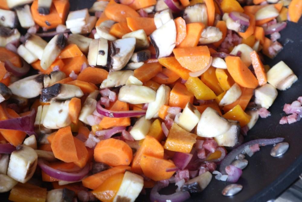 Pilze, Paprika und Möhren dazu geben