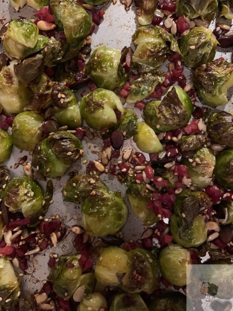 Rosenkohl frisch angebraten aus dem Ofen. Mit Speck, Kürbis- und Sonnenblumenkernen!