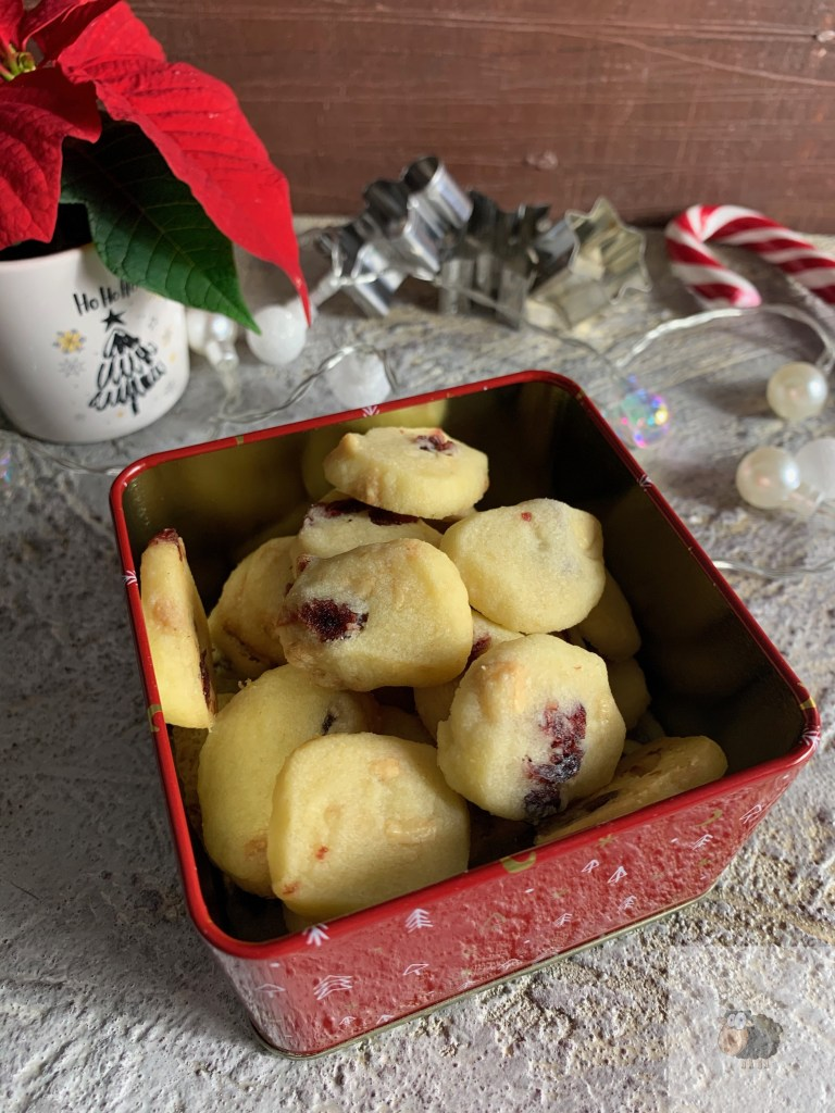 Knusperkekse mit weißer Schokolade und Cranberries
