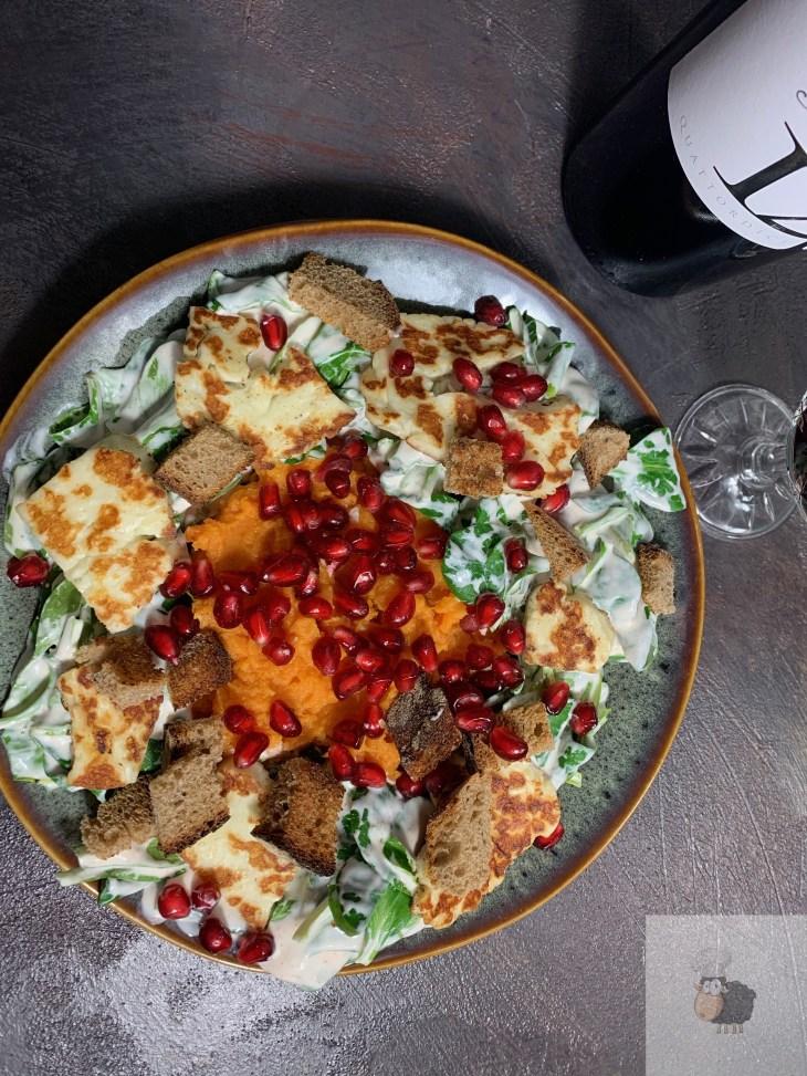 Süßkartoffelpüree mit Feldsalat, Croutons, Grillkäse und Granatapfel