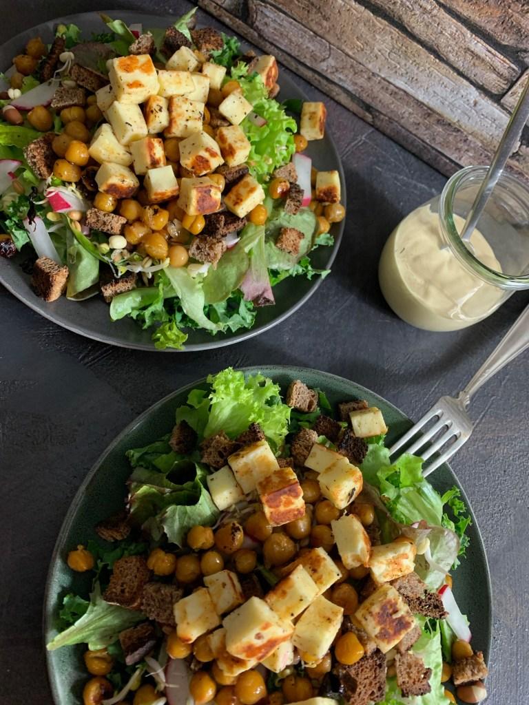Wintersalat mit Grünkohl, Grillkäse, Brotwürfeln, Kichererbsen, Radieschen und Sprossen