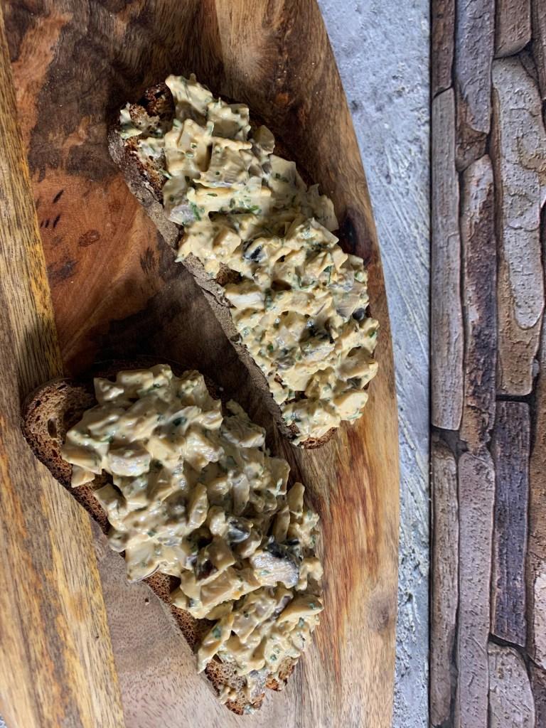 Gegrilltes Brot mit Frischkäse und Pilzen