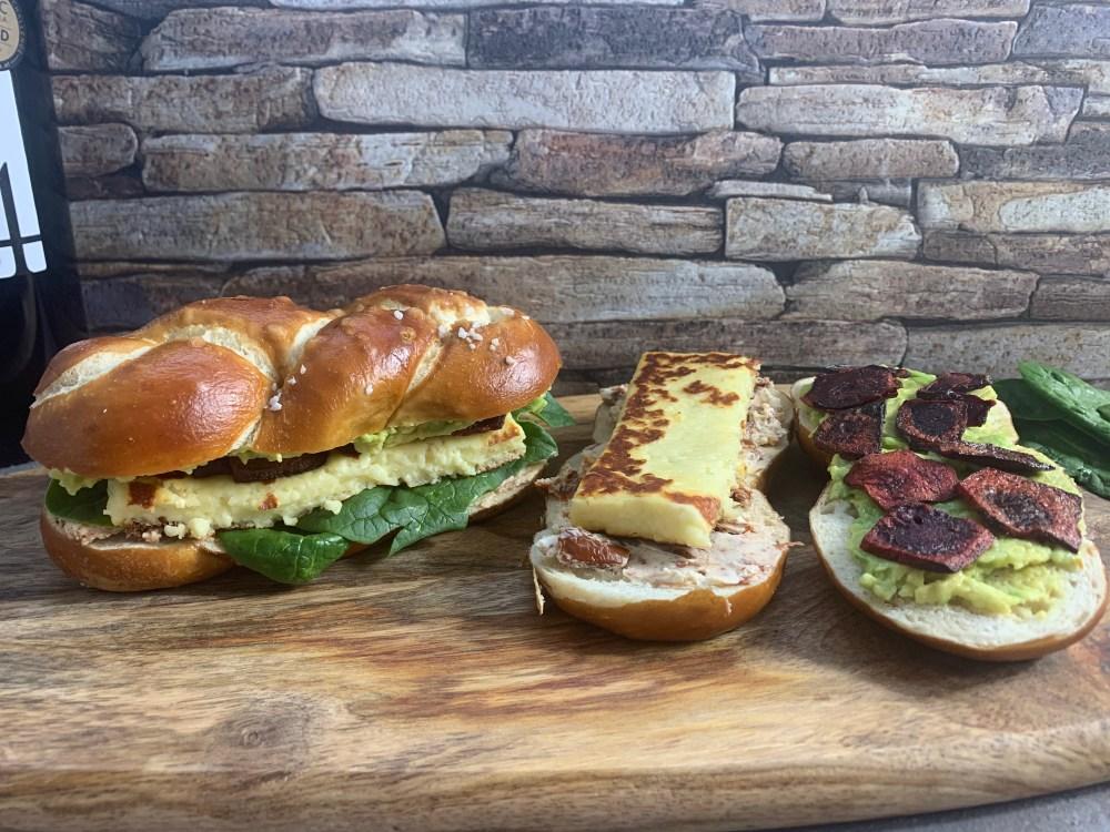 Laugenzopf mit Spinat, Grillkäse, Rote Beete, Frischkäse-Tomatencreme und Avocadocreme