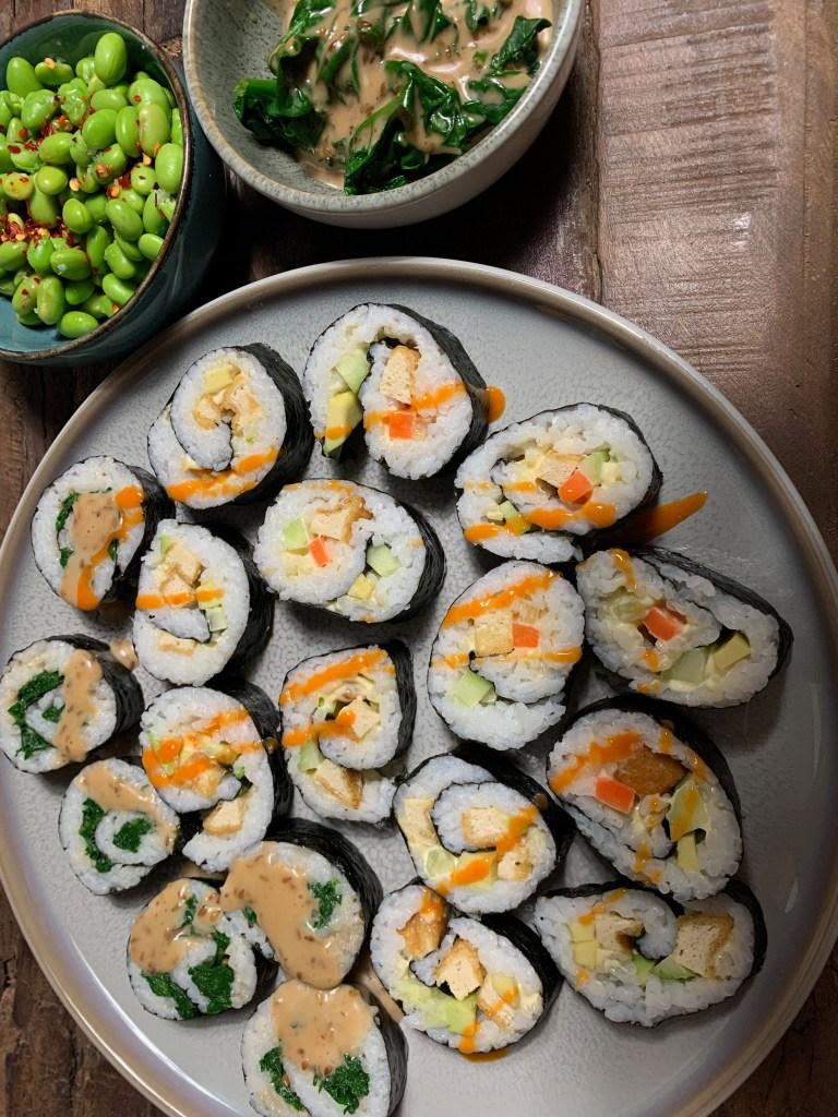 Sushi mit Knuspertofu und Spinat