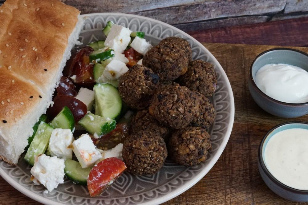 """Griechischer Salat mit Veggie """"Hack""""bällchen"""