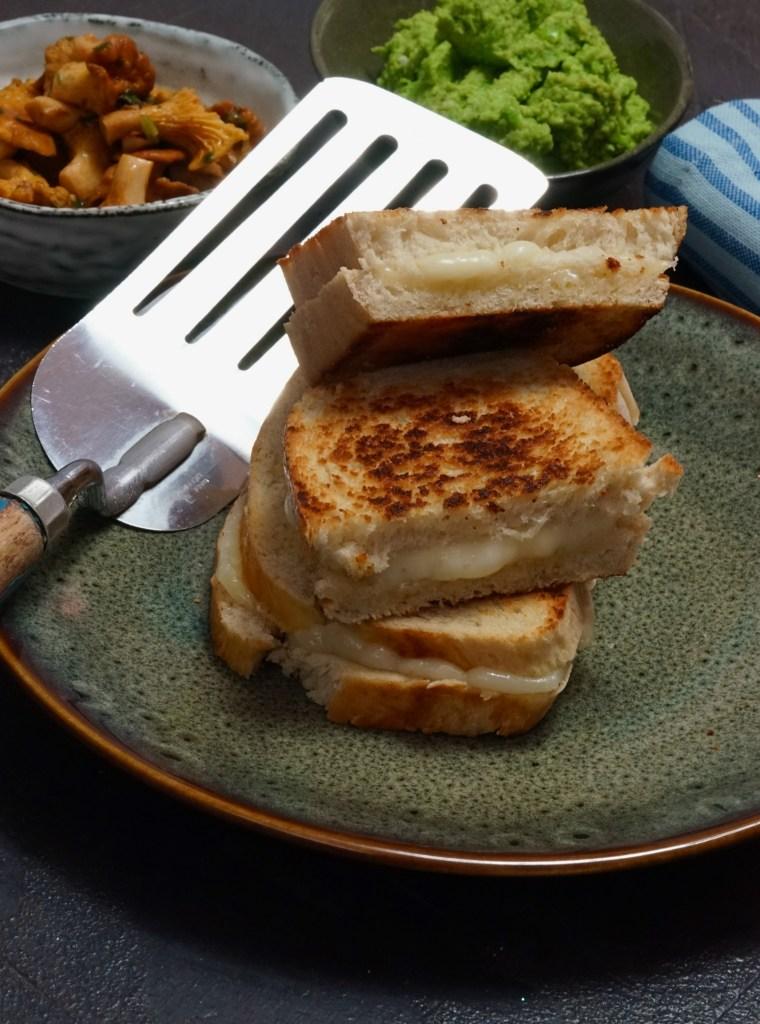 Grilled Cheese mit Erbsencreme und Pfifferlingen