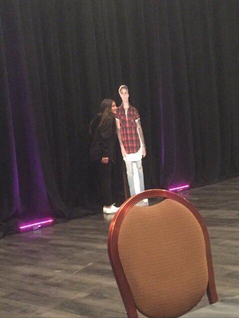 Fan 2K pagato di Justin Bieber uno schiocco per il Pics con il suo ritaglio del cartone