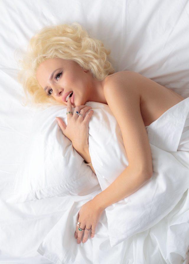 Bella Thorne rivela lo schiacciamento lesbico su Kristen Stewart, canali Marilyn Monroe
