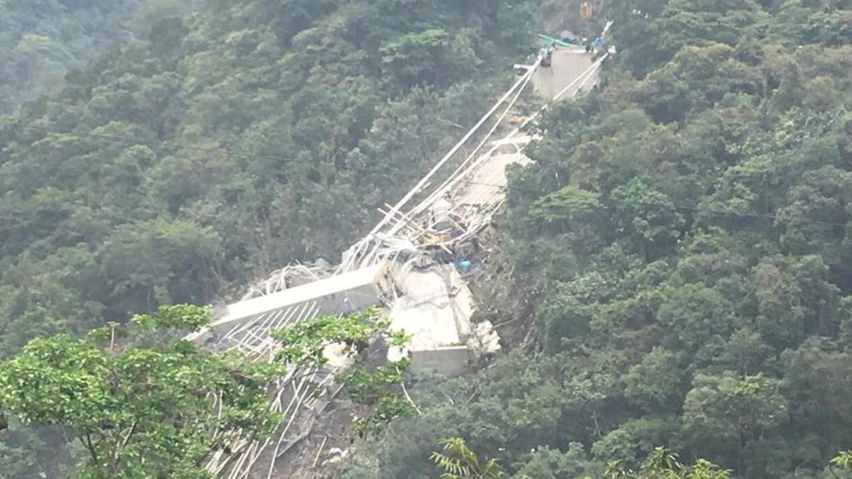 Ten die in tragic bridge collapse
